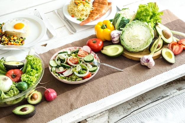 Alimenti sani biologici sul tavolo da pranzo