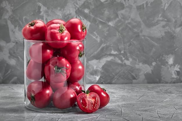 Органический помидор семейной реликвии на деревенском темном фоне. red bull's heart.