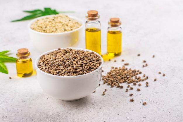 유기농 대마 씨앗과 기름