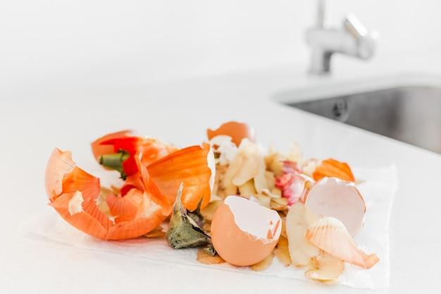 堆肥にする準備ができている有機家庭料理の食品廃棄物