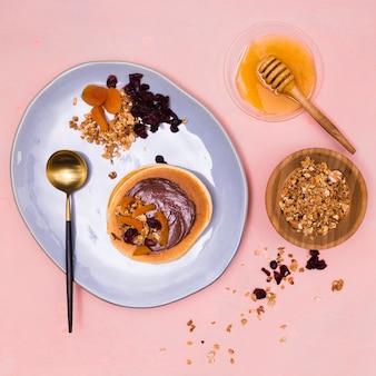 Органический мед и блины крупным планом