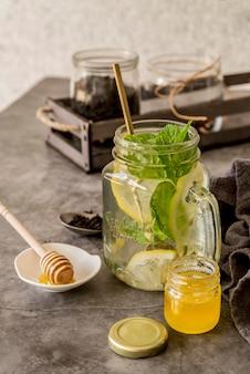 机の上の蜂蜜と有機アイスティー