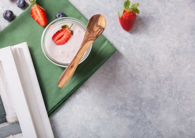イチゴとガラスのオーガニックケフィアヨーグルト