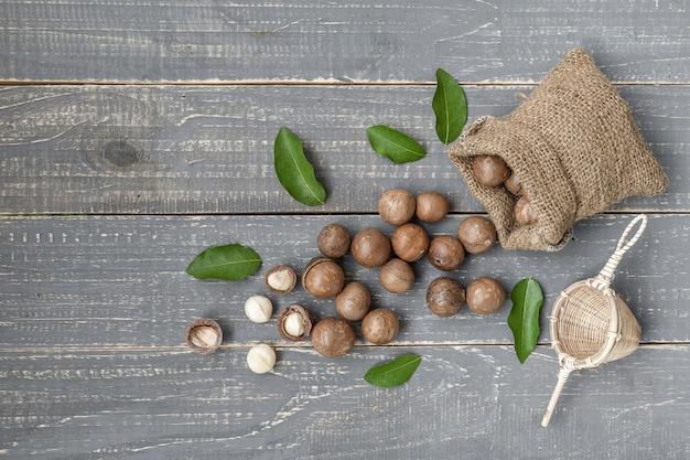 Органический орех макадамии на деревянном столе - старинный фильтр.