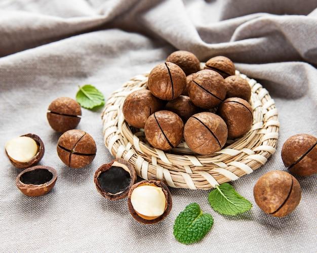 Органические орехи макадамия на деревянном столе