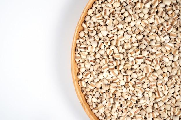 Органические зерна проса на коричневом деревянном блюде