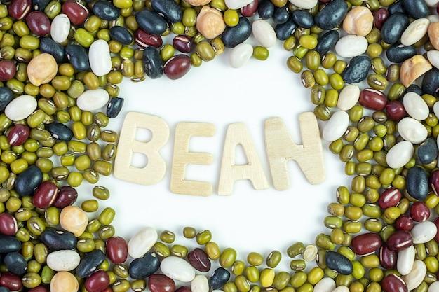 유기농 혼합 콩; 접시에 녹색, 검정, 빨강, 흰색 및 병아리 완두콩