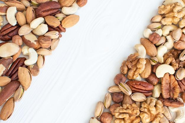 Органические смешанные орехи фон с копией пространства. ассорти из орехов фундук грецкие орехи, бразильские орехи