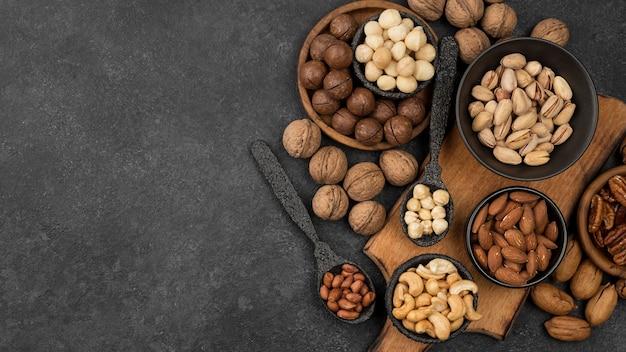 Spuntino di frutta secca biologica in ciotole e cucchiai