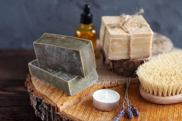 Органическое оливковое масло в стеклянной бутылке, мыло ручной работы на деревянном фоне крупным планом, спа расслабиться баннер