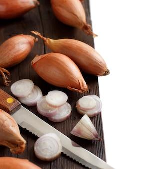 Органический лук на деревянном столе крупным планом