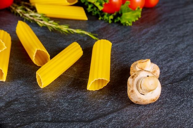 Органическая паста маникотти с грибами и помидорами черри