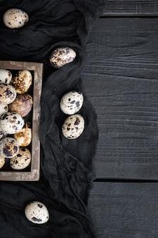 유기 메추라기 계란, 검은 나무 테이블에 평면도
