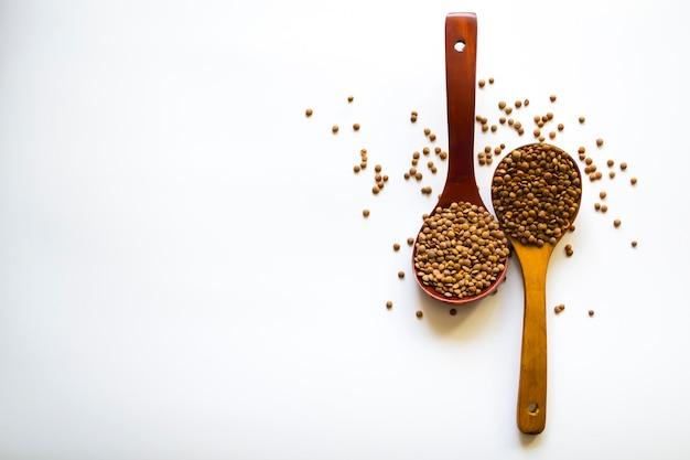 木製トレイと荒布スタジオの画像上の有機生グリーンレンズ豆