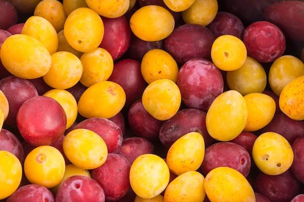 Органические красные и желтые сливы