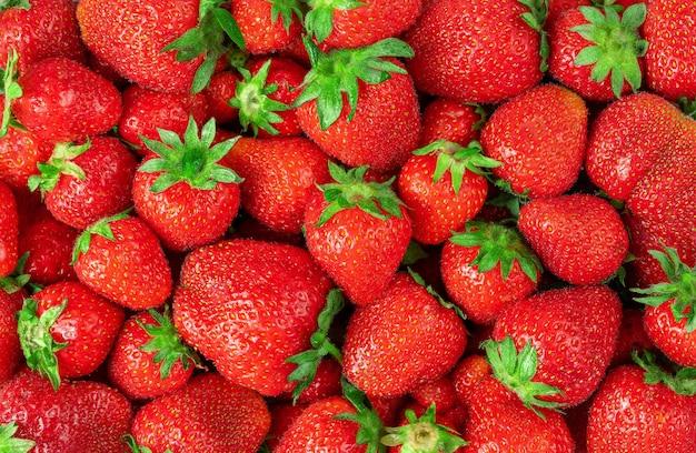 유기농 빨간 딸기 배경 또는 질감입니다. 상위 뷰, 오버 헤드