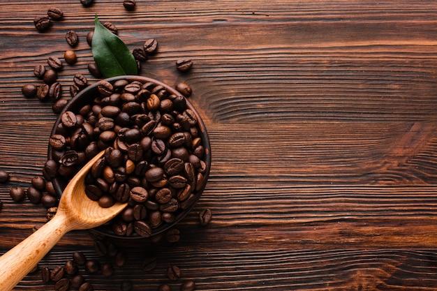 테이블에 유기농 볶은 커피 콩