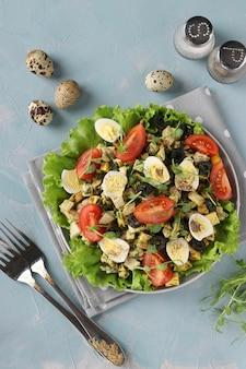 닭고기, 체리 토마토, 메추라기 달걀, 블랙 올리브 및 마이크로 그린이 밝은 파란색 표면에 들어간 유기농 샐러드, 건강한 식생활의 날, 평면도, 세로 형식