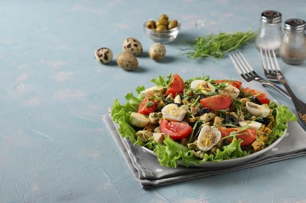 닭고기, 방울 토마토, 메추리 알, 블랙 올리브, 마이크로 그린을 곁들인 유기농 샐러드