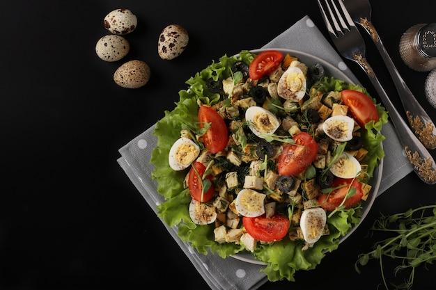 치킨 체리 토마토 메추라기 알을 곁들인 유기농 샐러드 블랙 올리브와 마이크로 그린
