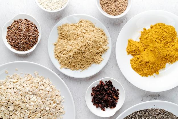 Semi organici in diversi piatti vista dall'alto