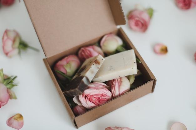 花の表面に花が付いたクラフトギフトボックスの有機石鹸バー上面図