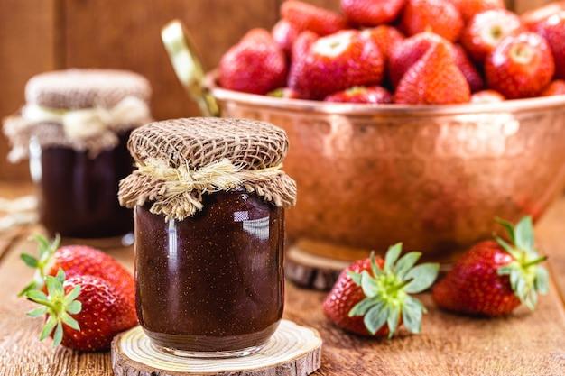 빈티지 구리 냄비에 백그라운드로 딸기와 유기농 딸기 잼