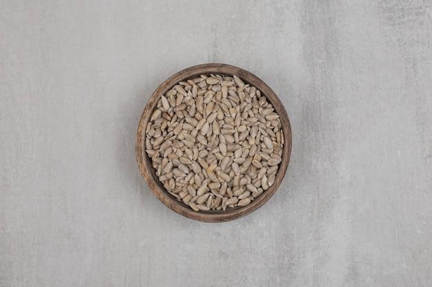 Органические семена подсолнечника в деревянной миске.