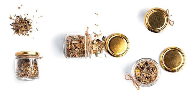 Органический чай в банке на белом фоне