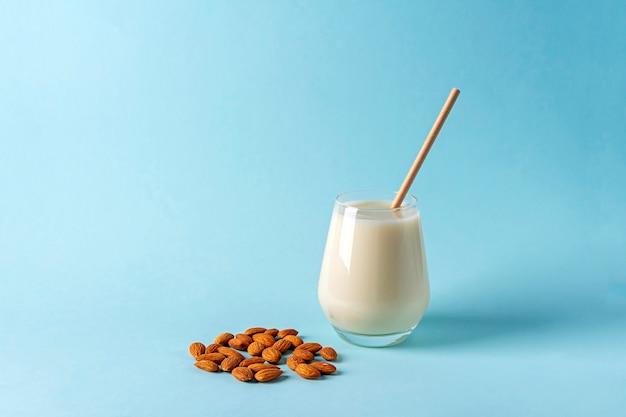 Органическое веганское безмолочное молоко из миндальных орехов. альтернативный вегетарианский напиток