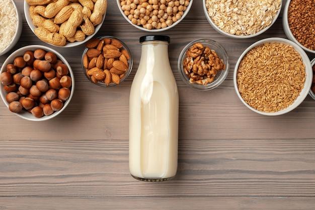 ガラス製牛乳瓶と木製のバルク製品を含む有機ビーガン非乳製品牛乳