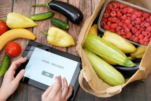Органические овощи и фрукты в хлопковом мешке и планшетном пк, интернет-рынок, концепция доставки зеленых продуктов
