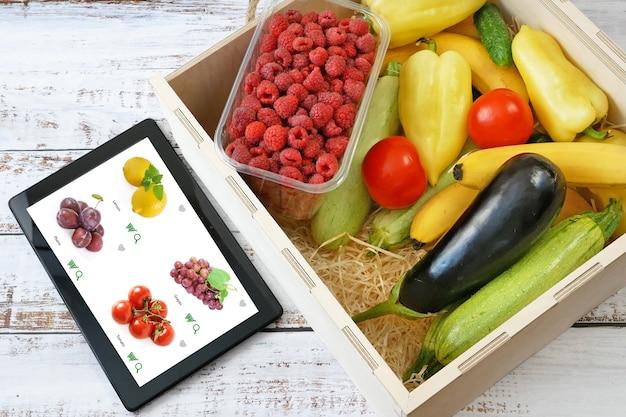 木製の箱に入った有機野菜や果物