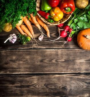 有機野菜。さまざまな生野菜。木製の背景に