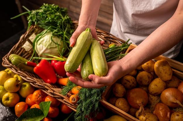 갓 고른 사과와 유기농 야채 농민 손 신선한 유기농 사과 과일과 야채 시장