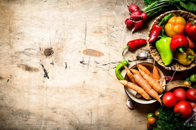 有機野菜。木製のテーブルに新鮮な野菜。