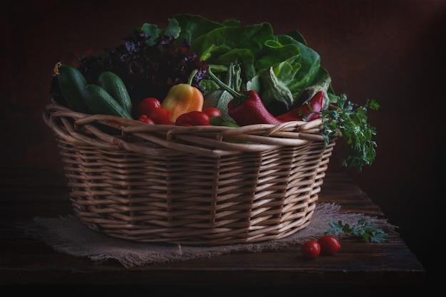 バスケットに入れた有機野菜