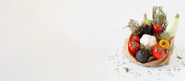 紙袋に入った有機野菜、健康食品とゼロウェイストのコンセプト、バナー、コピースペース