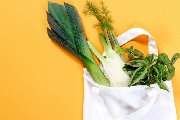 綿の袋に入った有機野菜