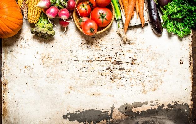有機野菜。天然野菜とハーブ。素朴なテーブルの上。