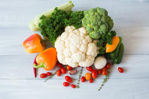 Органические овощи на деревянном столе. вид сверху.