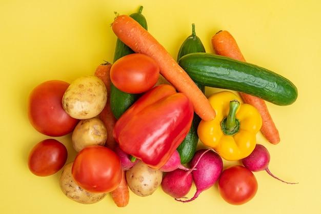 黄色の背景に有機野菜