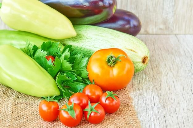 木の上の有機野菜。健康食品の背景、コピースペース