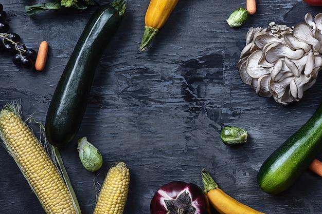 木製のテーブルの有機野菜。上面図