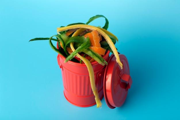 赤いゴミ箱の中の有機性廃棄物。ごみ、食品、有機性廃棄物のリサイクルと分別。