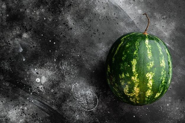 검은 어두운 돌 테이블 배경, 텍스트 복사 공간에 유기농 수박 세트