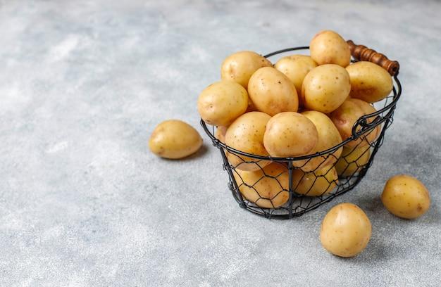 Органический белый детский картофель, вид сверху