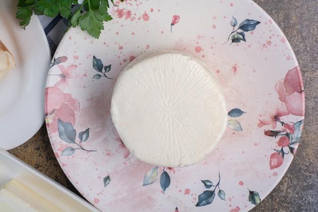 화려한 접시에 유기농 화이트 치즈입니다.