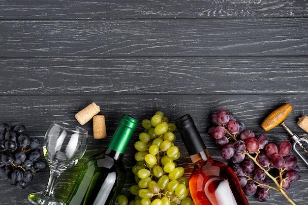 Bottiglia e bicchieri di vino biologici