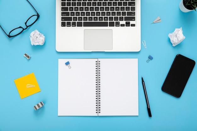Организованное расположение элементов стола на синем фоне